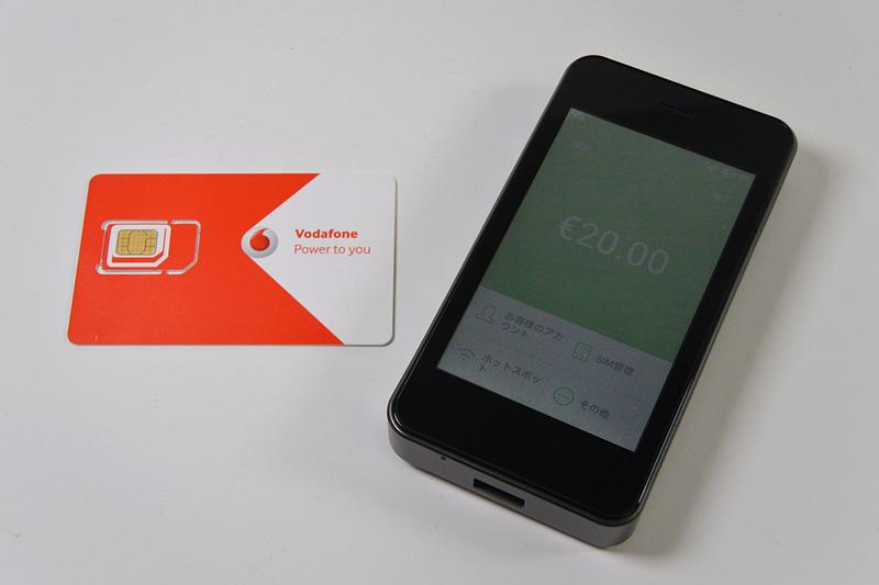 先輩から譲ってもらったVodafoneアイルランドのSIM(左)とAmazonのセールで入手した「GlocalMe G3」(右)