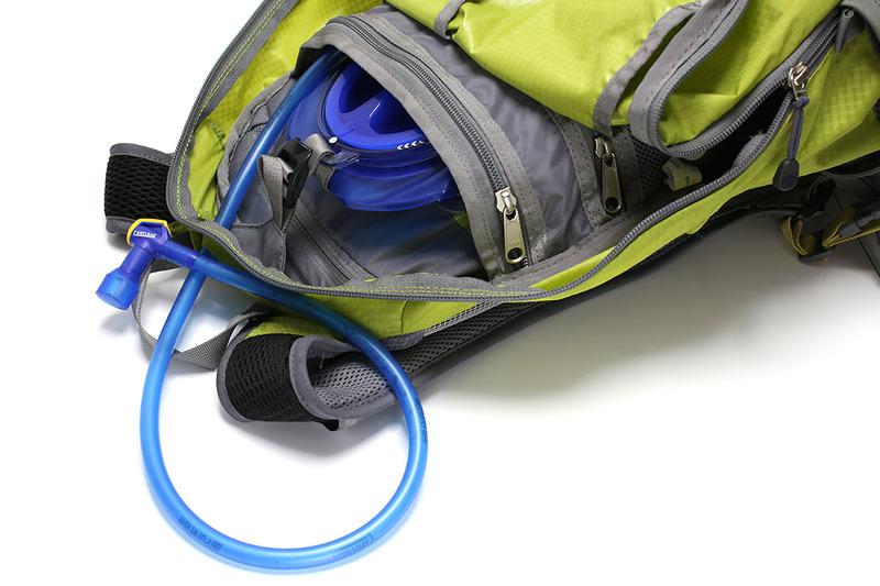 こんな感じでバックパックに入れ、チューブだけを外に出して使います。チューブ先端を噛むと開口し、飲料を吸い出すように飲むことができます。黄色い部分は飲料の漏れ出し防止のロック機構。