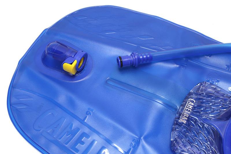 チューブは脱着自在(バッグに飲料が入っていても脱着OK)。使用後はチューブ内を洗浄する必要があります。チューブを構成するパーツは分解可能で、右写真のような道具を使えばチューブ内を直接洗うことができます。