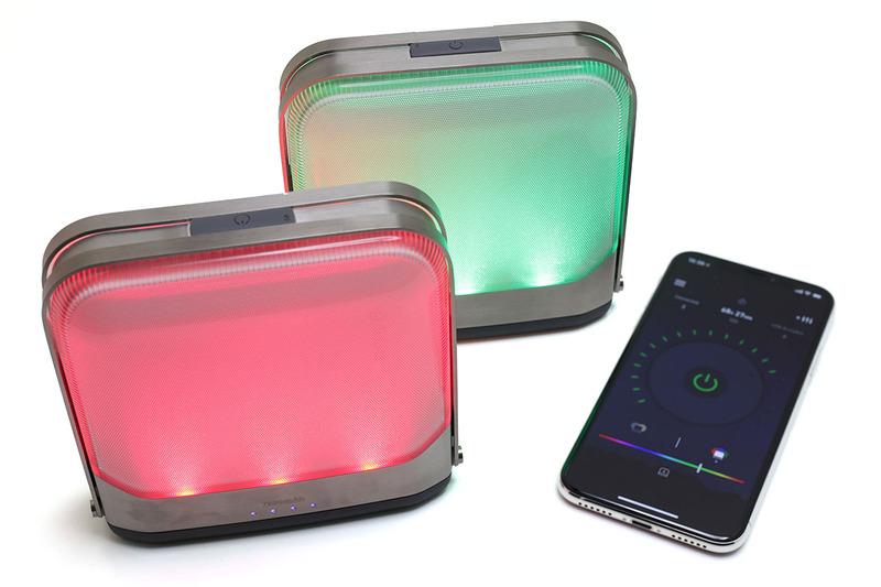 BioLite(バイオライト)の「BaseLantern(ベースランタン)」。一口に言うと「Bluetooth対応LEDランタン型モバイルバッテリー」となっちゃいますが、LEDランタン+モバイルバッテリーの機能を持つ製品で、LEDランタンはBluetooth経由でスマートフォンなどからコントロールすることもできます。バッテリー容量違いで、BaseLantern(7800mAh)とBaseLantern XL(12000mAh)がラインナップされていて、モンベルオンラインショップ税別価格は前者が1万3000円、後者のXLが1万6000円です。