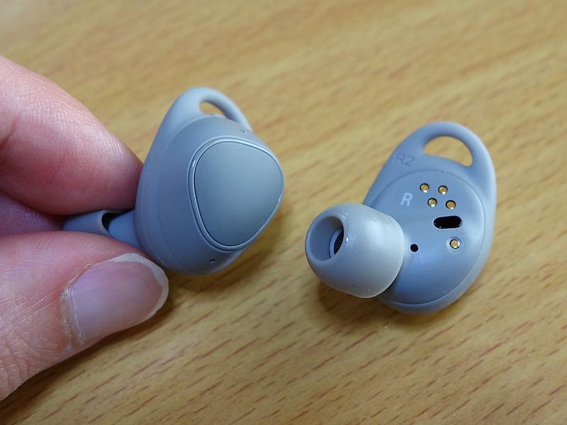 イヤホン部の本体。耳に装着して外側に露出する部分にはタッチパッドが内蔵されており、スワイプによる音量調整などが可能。また。その反対側には充電端子やタッチセンサー(黒い部分。これで装着状態を判別しているようです)が見えます