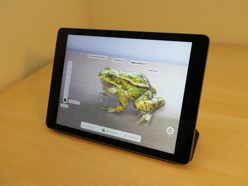 3月27日のSpecial Eventにも登場したARアプリ「Frroggipedia」を起動すると、机の上に仮想的なカエルが現われる。カエルの成長や生態を学んだり、解剖もできる
