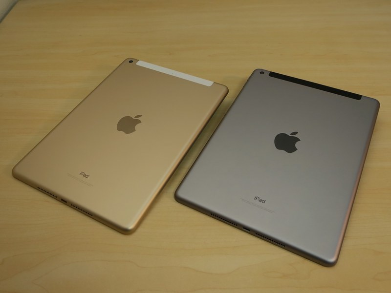 iPad(第5世代)(左)とiPad(第6世代)(右)の背面。仕上げも厚みなども共通
