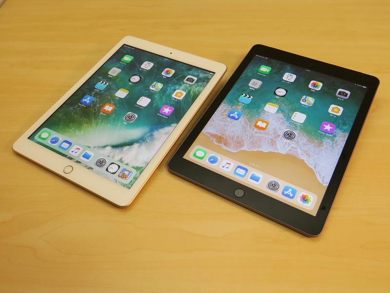 iPad(第5世代)(左)とiPad(第6世代)(右)の前面。サイズもデザインなどもまったく共通