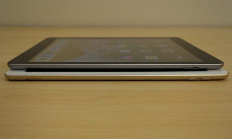 iPad(第5世代)(下)とiPad(第6世代)(上)の右側面。音量キーとSIMカードトレイを備える。位置も同じ
