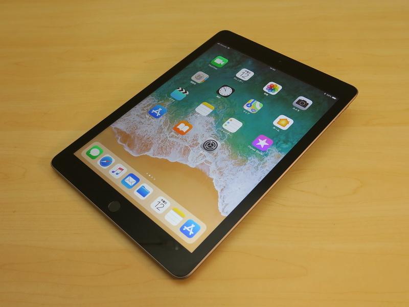 アップル「iPad」(第6世代/Wi-Fi+Cellularモデル)、約240mm(高さ)×169.5mm(幅)×7.5mm(厚さ)、約478g(重量)、スペースグレイ(写真)、シルバー、ゴールドをラインナップ