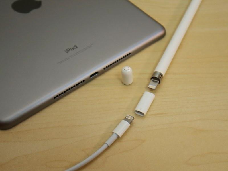 Apple Pencilのパッケージに同梱されるアダプタを介し、ACアダプタに接続したケーブルとつないで充電することもできる