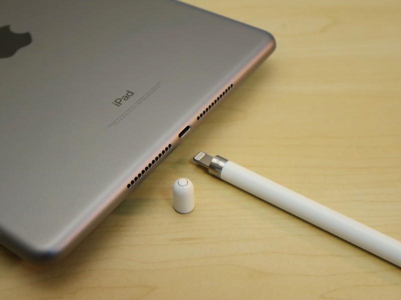 Apple Pencilのトップ部分を取り外すと、Lightningコネクタが現われる。これをiPadの外部接続端子に挿して、充電する