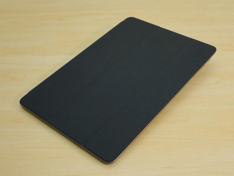 オプションで販売される「Smart Cover」はチャコールグレイ(写真)のほかに、ホワイト、ミッドナイトブルー、ピンクサンド、レッドがラインナップされる。価格は4800円