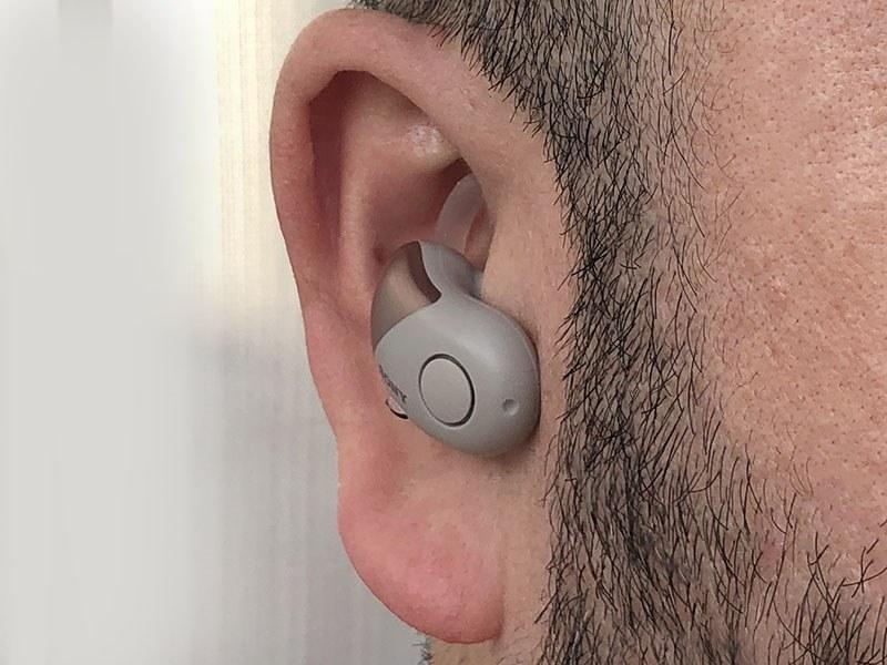 装着例。耳の穴に入るイヤーピースと、耳の外側の凹みに沿うように当たるアークサポーターにより、しっかりと装着できます。しっかり装着できつつも、その装着感が自然なのがナイス。あと、耳に対する脱着も容易で、「耳に入れて少し回すだけ」「耳から抜くだけ」という感覚。スムーズに使えます。左右のイヤホンにはボタンが1つずつあり、位置は下側。探しやすく押しやすいボタンです。