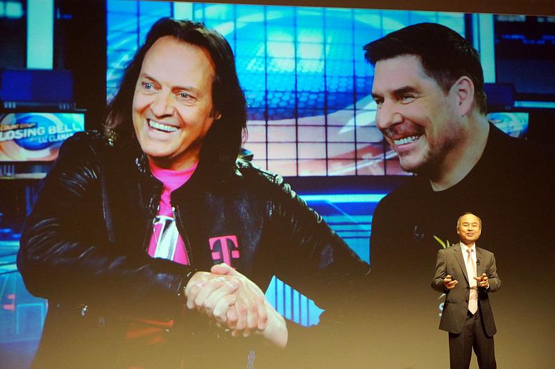 T-mobileとスプリントのトップが握手する場面を紹介