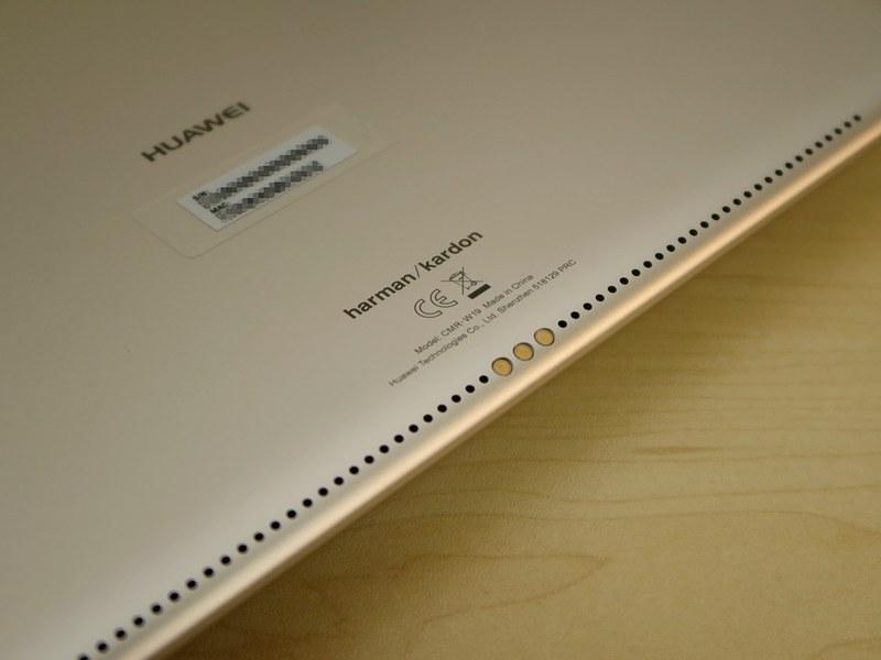 本体の下部の背面側には外付けキーボードの端子が備えられているが、国内のコンシューマ向けには販売されない