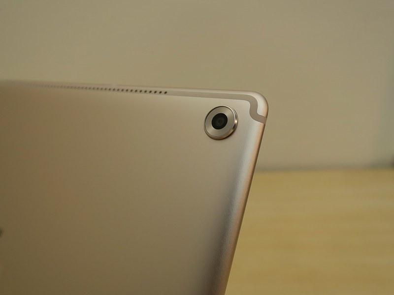 メインカメラは背面に右の角に備えられている。カメラのスペックはMediaPad M5と共通