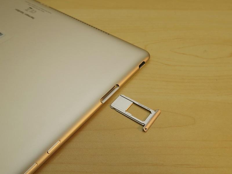 Wi-Fiモデルのため、SIMカードは装着できないが、同様のトレイにmicroSDメモリーカードを装着できるしくみを採用