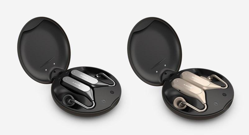 ソニーモバイル「Xperia Ear Duo(XEA20)」。Bluetooth接続の左右分離タイプ・ステレオヘッドセットで、音楽聴取や通話などに利用できます。耳穴に当たる部分には外音が直接聞こえる穴があいていて、音楽などと外音がミックスされて聞こえます。音楽などと周囲の環境音を同時に聞くことができるというわけです。カラーはブラックとゴールドがあります。バッテリー内蔵充電器になるケース付き。