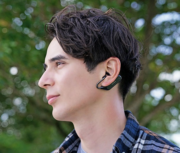 こんな感じで、両手を使って耳に装着します。最初はちょっと面倒ですが、慣れればわりとスムーズに。少し工夫すれば片手で装着することもできます。※図はXperia Ear Duo説明書より抜粋。
