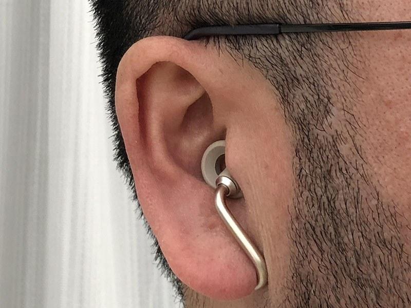 実際に装着した様子。前方から見ると、かなり目立ちにくいイヤホンであることがわかります。耳にかかる質量的な負担が分散されているためか、耳の一部だけにかかるような違和感がなく、長時間着けていても耳が痛くなりにくいと感じられます。