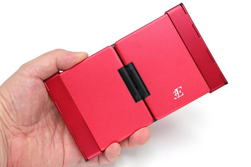 携帯時の横158.6×縦90.5×厚さ15.8mm(メーカー公称値)です。厚さの実測値は14.8mmでしたが、ともあれ携帯するには好都合の薄さです。本体のみの質量は約194gで、質量的にも携帯に有利な感じ。ちなみに、折り畳んだ状態ではだいたい「はがきサイズ」くらいです。