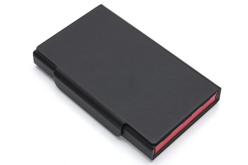 キーボード本体を包むようにカバーするセミハードの保護ケースが付属。キーボード本体はわりとシッカリ折り畳めて、その状態を保ちます。ですので、ケースを使わずキーボード本体のみ持ち歩いても、キーボードが不意に展開してしまうことはほとんどありません。