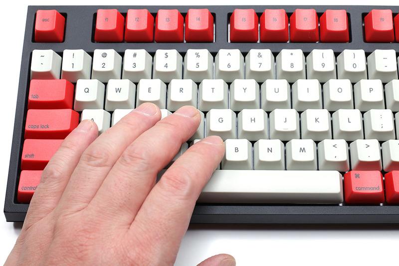 TENPLUSはフルサイズキーボードを横幅で70%くらいに縮小したサイズ。タッチタイプするにはやや慣れる必要があるかもしれません。