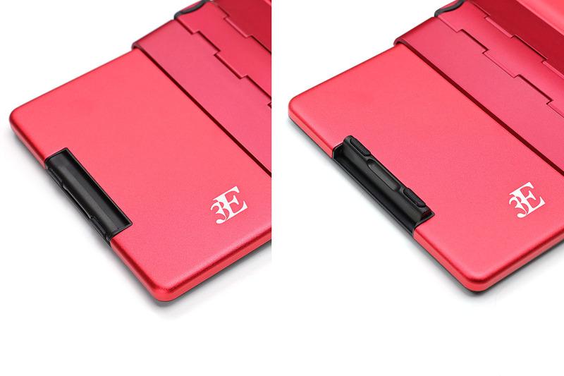 キーボード背面。キーボード左右端と左右ヒンジ上下の、合計6箇所に机面に接する脚があり、その部分には滑り止めがあります。これにより、キーボードが滑ったりせず、強めの力でタイプしてもキーボードがたわむようなこともありません。キーボード左右端の脚は、折り畳み時に邪魔にならないように格納できます。