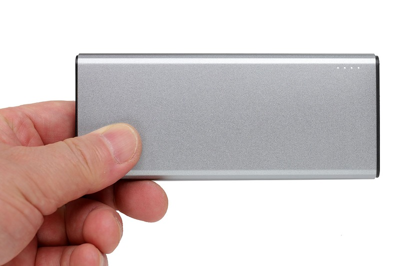 薄型のモバイルバッテリー。薄型で質量約140g。容量3.7V/5000mAhで、ケーブル付きで3000円弱。良さそう~と思って買ったらイイ感じでした!