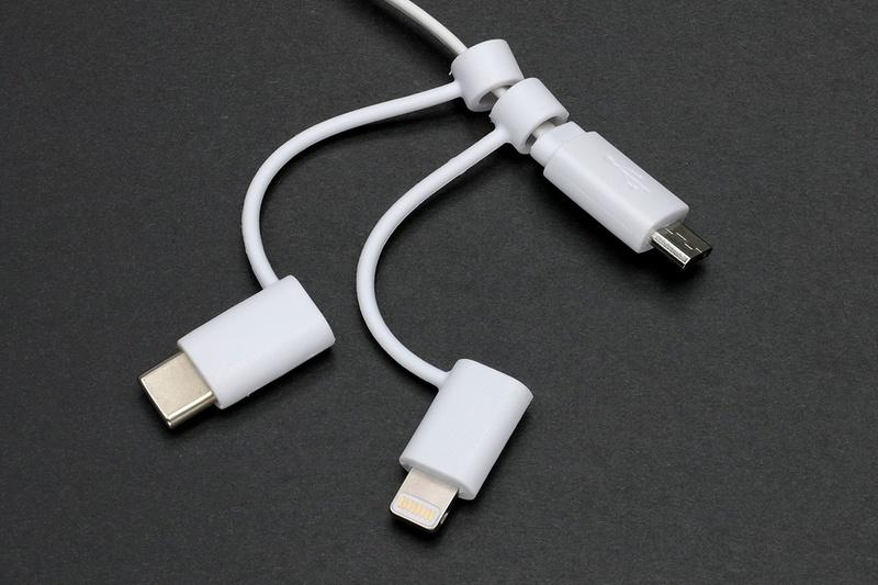 Lightning端子/USB Type-C端子/microUSB端子を持つ3WAYケーブル。Lightning端子のiOS端末を使いつつも、microUSB→USB Type-C移行期でもある筆者にジャストマッチなんでした♪