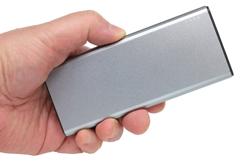 サンワダイレクト「モバイルバッテリー 700-BTL031GY」。容量5000mAhで、長辺136×短辺58×厚さ11mmで、質量は約140g。名刺入れの長辺を伸ばしたようなサイズ感です。「iPhoneを約1.5回充電できる」とあります。