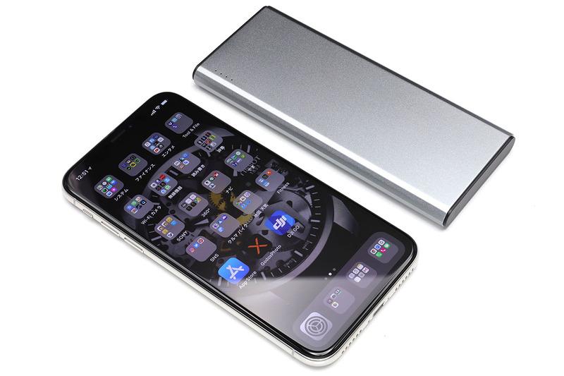 iPhone Xのようなサイズ感なので携帯性はかなり良好。