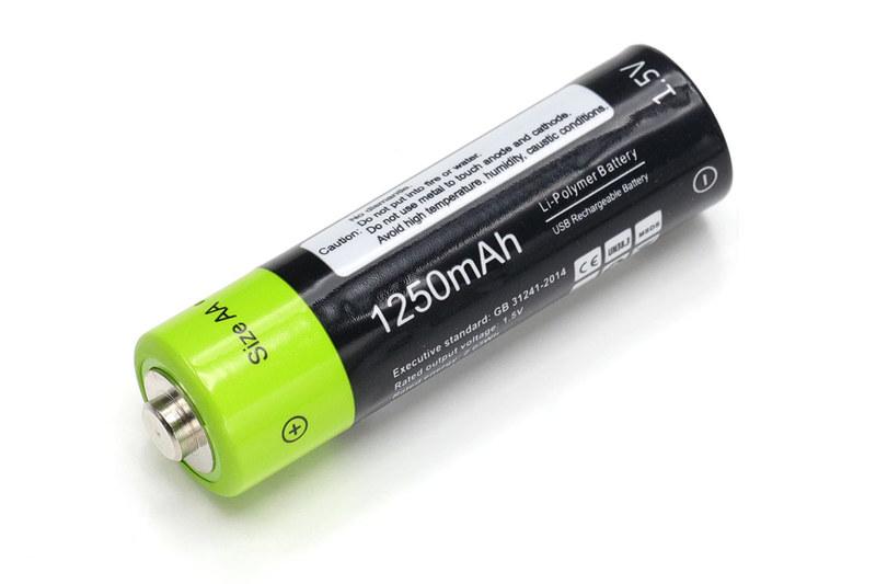 サンコー「USB充電できる乾電池 単3形2本セット」。容量1250mAhで電圧1.5V、質量は18g、税込1780円です。満充電後にテスターで電圧を測ったら1本が1.544V、もう1本が1.516Vでした。