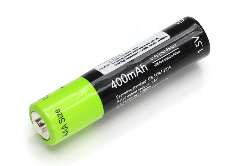 サンコー「USB充電できる乾電池 単4形2本セット」。容量400mAhで電圧1.5V、質量は8g、税込1780円です。満充電後にテスターで電圧を測ったら1本が1.520V、もう1本が1.534Vでした。