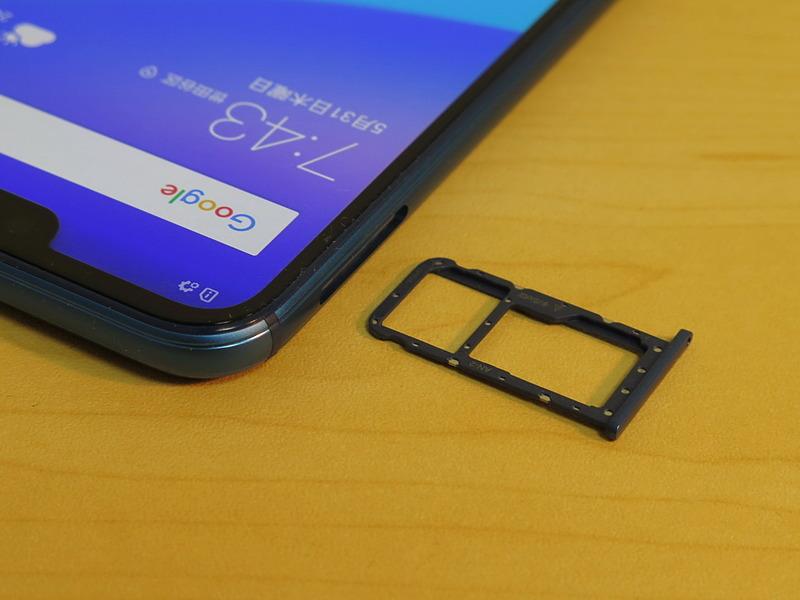 左側面にはピンで取り出すタイプのSIMカードトレイが備えられている。au ICカードと最大256GBのmicroSDメモリーカードを装着できる