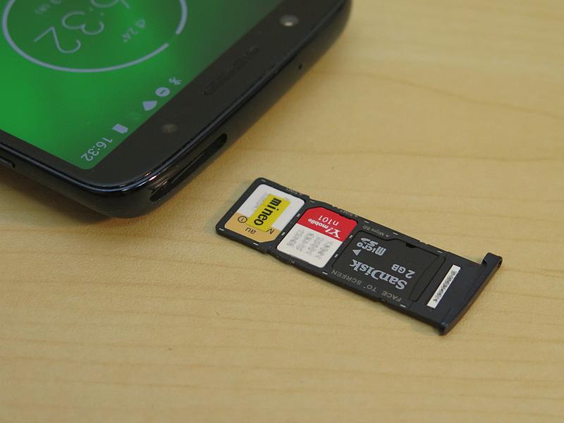 SIMカードはトレイ式を採用。nanoSIMカード2枚とmicroSDメモリーカード1枚を同時に装着可能