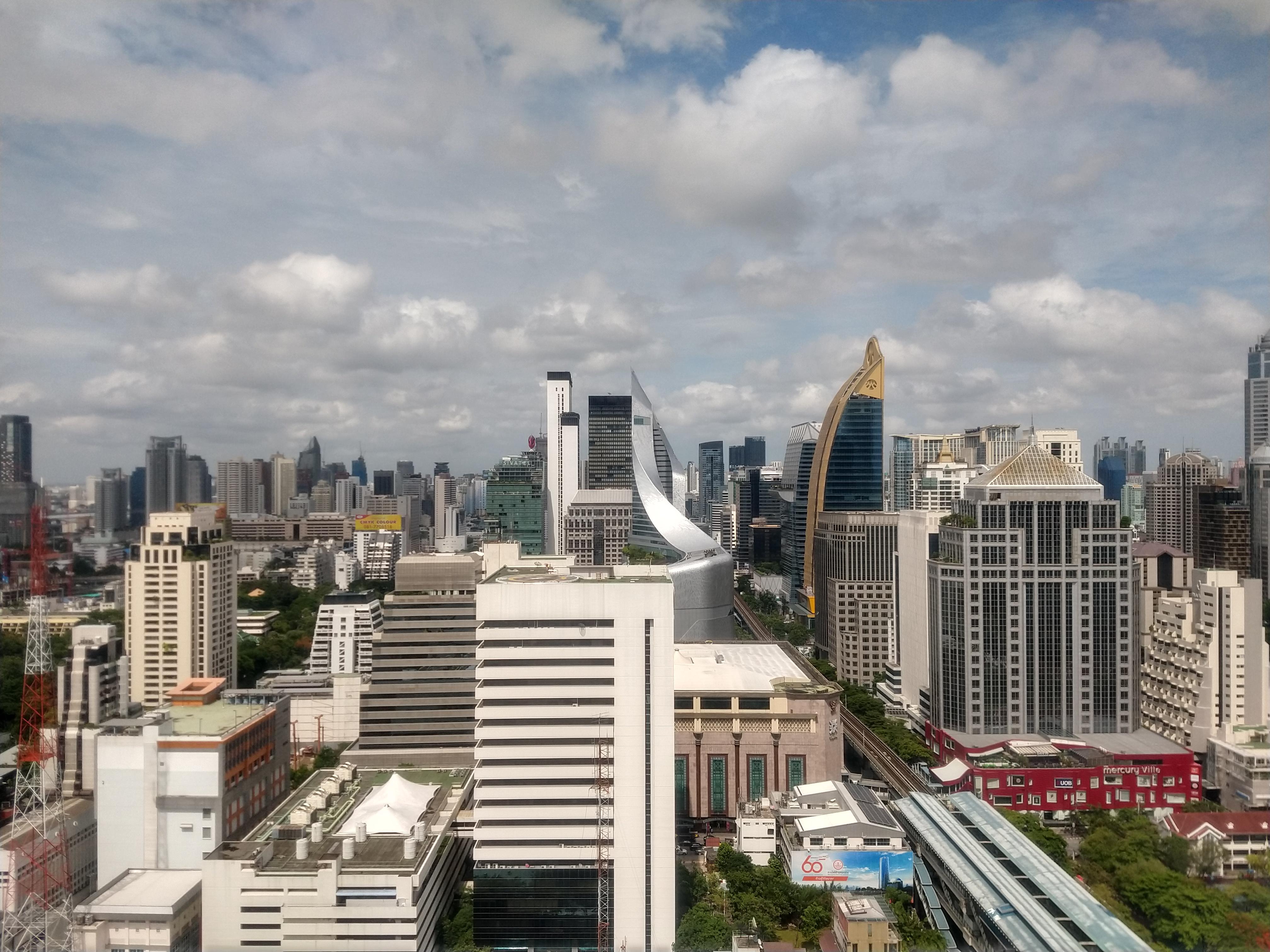 ビルの高層階から街並みを撮影。やや色味が大人しい印象もあるが、写真周囲の歪みも少ない仕上がり