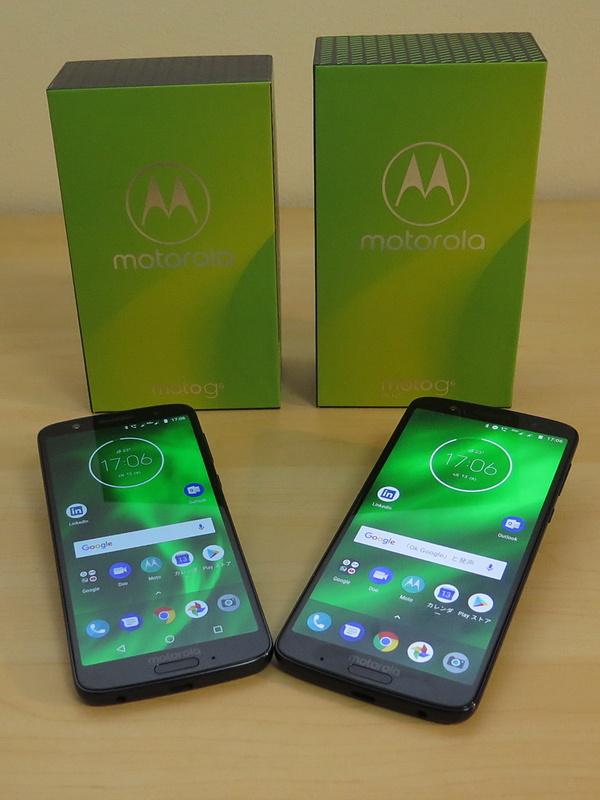 「moto g6」(左)と「moto g6 plus」(右)の本体とパッケージ。外見はサイズ以外、見分けがつかないが、指紋センサーの左右にあるマイクの位置が異なる