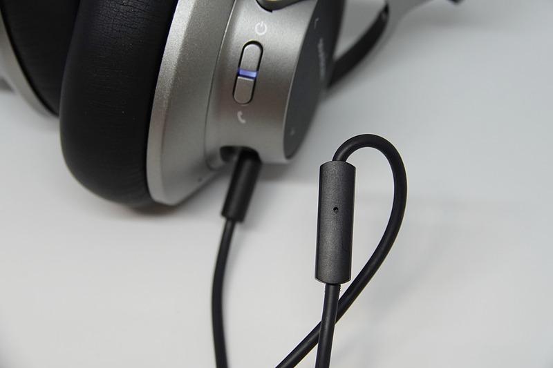 有線接続できるタイプは多いが、そのほとんどが音再生専用。マイク付きコントローラー内蔵で、音声通話ができるのが好印象