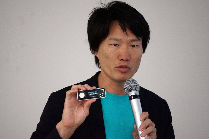 SORACOM LTE-M Button powered by AWSを手にするソラコムの玉川憲社長