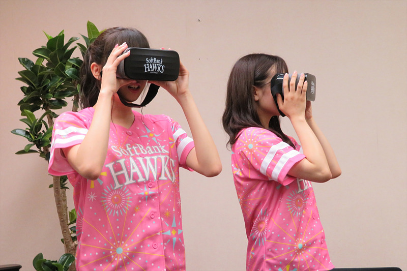 オウンドメディアの「ソフトバンクニュース」でレポーターを務めるHKT48の坂口理子(左)と渕上舞(右)もホークスVRを体験