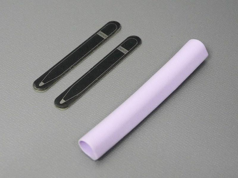 製品本体に加えて、マグネット取付用の金属プレート2枚が同梱される