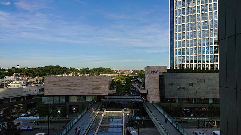 屋外の建物と青空を撮ってみた。建物も歪みがほとんどなく、青空も不自然さがないきれいな仕上がり