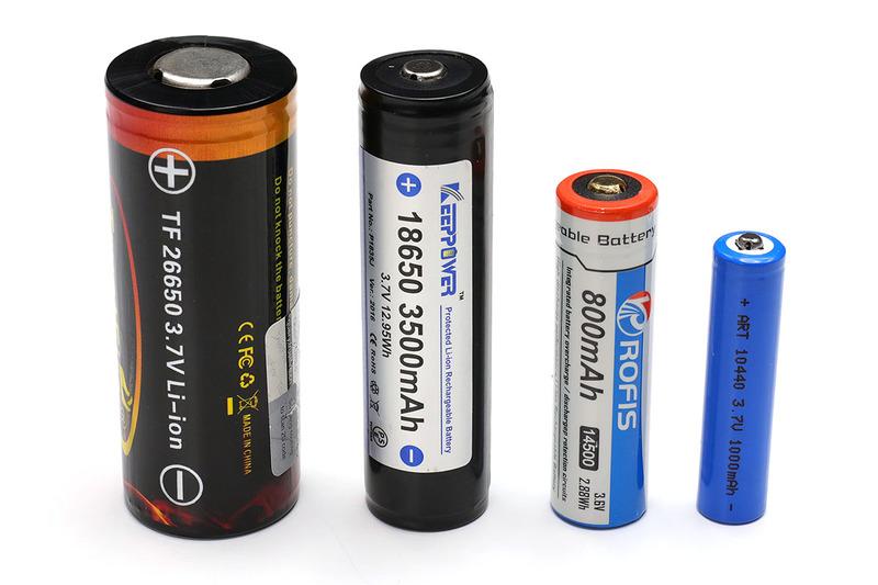 筒型のリチウムイオン二次電池各種。左写真は、左から、26650、18650、14500、10440です。どれも電池の特性は同じで電圧は3.7V前後。サイズと容量が異なるというわけです。右写真は14500と10440ですが、14500は単三形乾電池とほぼ同じサイズで、10440は単四形乾電池とほぼ同じサイズです。ただし、乾電池の電圧は1.5V前後ですが、リチウムイオン二次電池の電圧は3.7V前後。倍以上の電圧差があるので、乾電池のみに対応している機器にリチウムイオン二次電池を入れて通電すると破損や発火の危険があります。