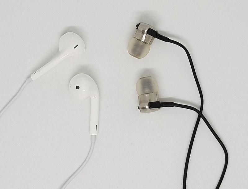 普段は外耳道に押し込む密閉カナル型のイヤホン(右)ばかりを使っている。ツルっとしたEarPods(左)は装着性能が不安だったので引き出しの肥やしだった