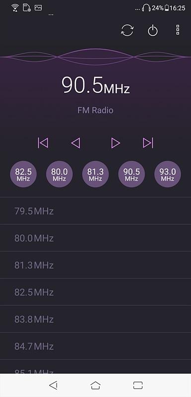 FMラジオ聴取画面。6局までのプリセットに加え、オートスキャン結果の一覧からも選局可能