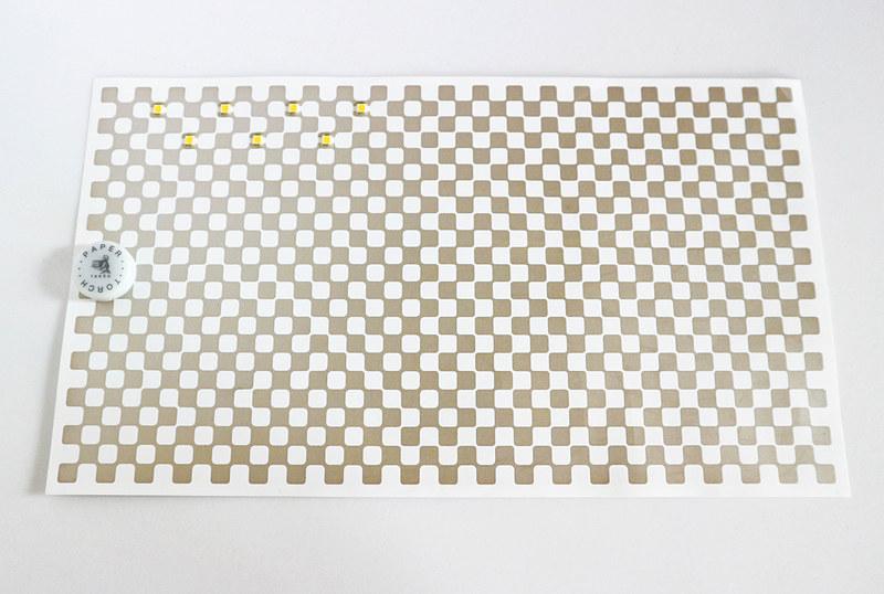 どう見ても紙だが、丸いところにはリチウムコイン電池が入っている。7つの四角がLEDライト