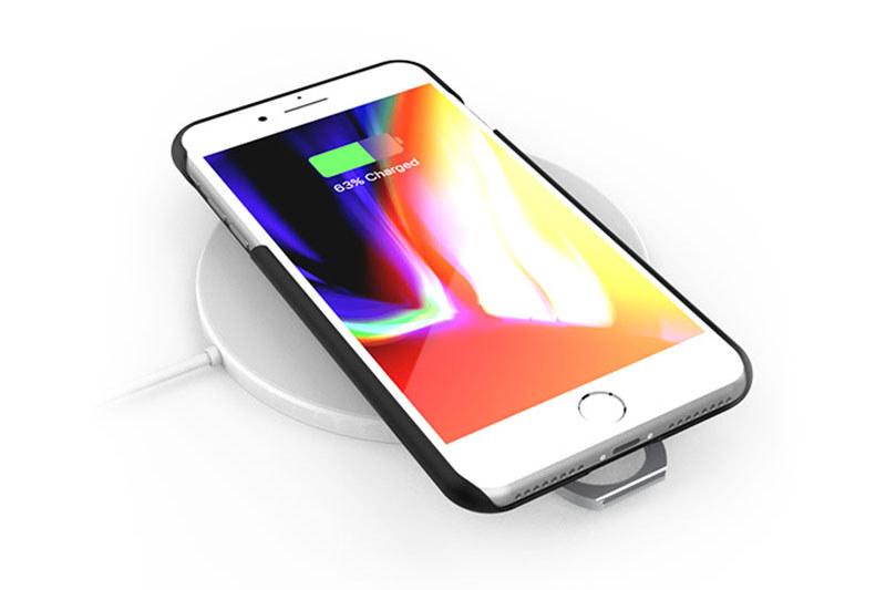 AAUXXの「iRing Slide」。背面にスライドするリングを備えたケースで、iPhone 6/6s/7/8/XおよびiPhone 7 Plus/8 Plus用があります。リングをスライドさせるとワイヤレス充電が可能。それぞれクリアとブラックがあり、直販価格はどれも税込3218円。