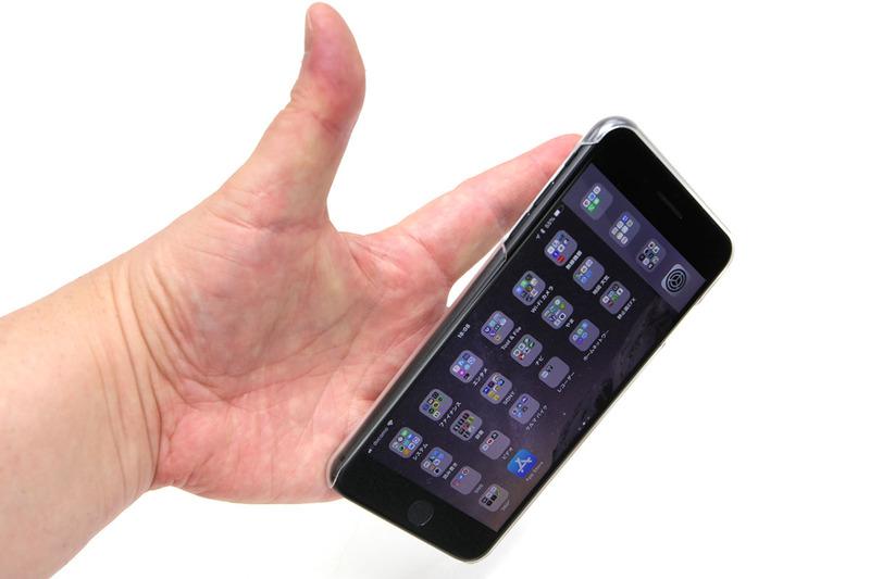 iPhone 8 PlusとiRing Slideの組合せ。リングに指を通しているだけですが、まず落とすことはないと思います。指とリングによりスマホが保持されるだけで、全然滑らないし、落としそうになることも激減します。