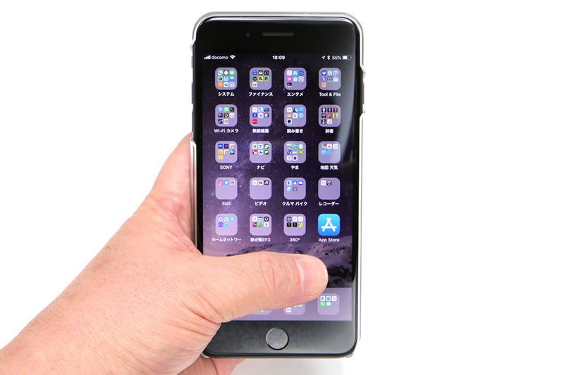 大画面のiPhone 8 Plusですが、スマホリングとともに使えば、親指で右上のアイコンにも右下のアイコンにもタッチできたりします。リングなしでコレをやろうとすると、端末を落としそうで非常に不安定。