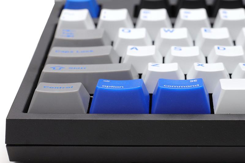 スペースバー左右にあるグレーの修飾キーは、ブルーのMac用修飾キーと高さが異なります。部分的にキーキャップを変更すると起きがちな状況。ただ、筆者はこれら背の低いグレーのキーは全然使いませんので違和感はほぼありません。