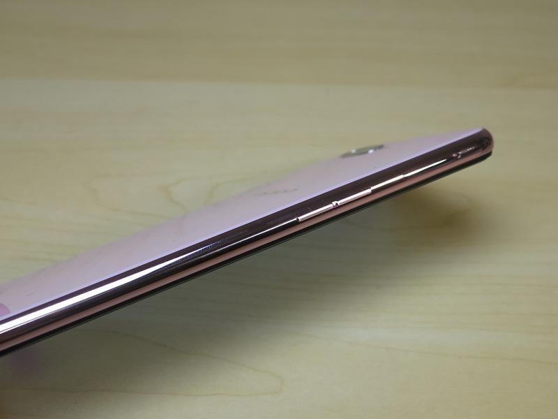 左側面はR15 Pro同様、分割式の音量キーを備える