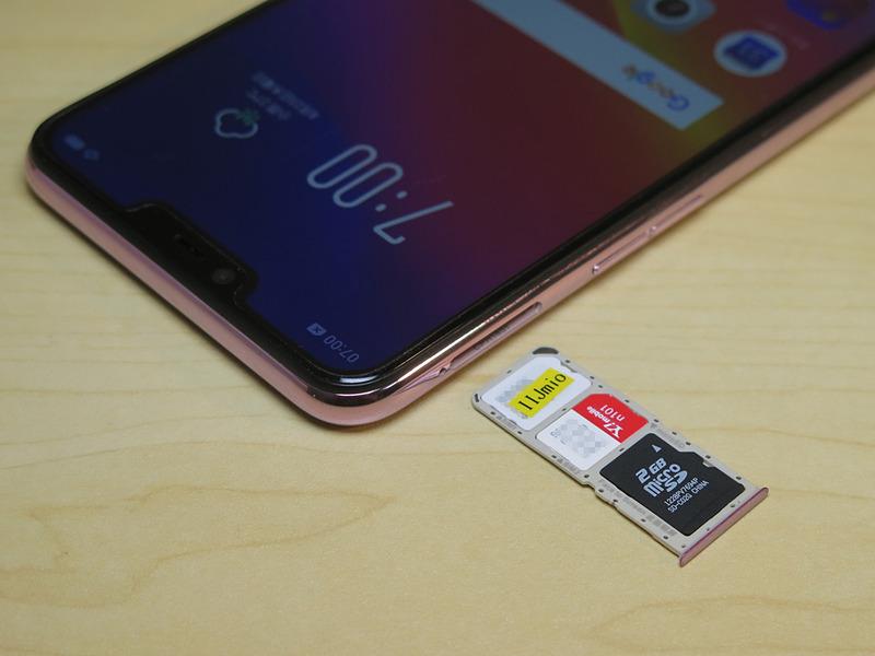 左側面にピンで取り出すタイプのSIMカードトレイが格納されている。2枚のnanoSIMカードとmicroSDメモリーカードを同時に装着できる
